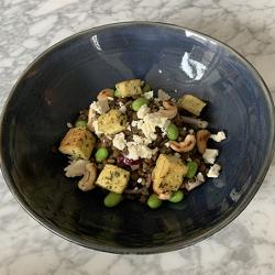 Une belle assiette de salade aux lentilles et Tofu persillade